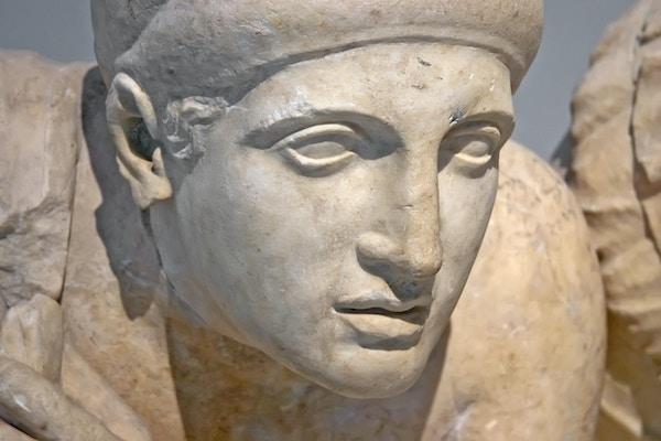 Gamle ruiner av Philippeion i Olympia, Hellas. Detalj av en gammel gresk statue av et menneske. Stedet for de gamle olympiske leker ligger på Peloponnes. UNESCOs verdensarvliste.