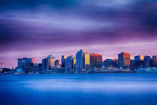 Et vakkert bilde av Halifax, Nova Scotia, Canada skyline ved solnedgang.