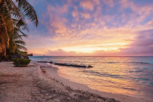 Fargerik levende solnedgang over Stillehavet ved naturskjønne naturlige stranden Viti Levu, Fiji. Korotogo-kysten, Sørkysten, Western Division, Fiji, Oseania