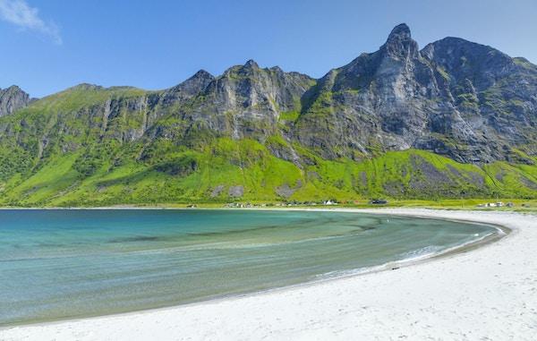 Ersfjorden på Senja, strand med fjell i bakgrunnen.