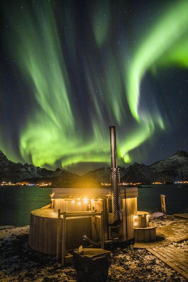 Badestamp med nordlys på himmelen.