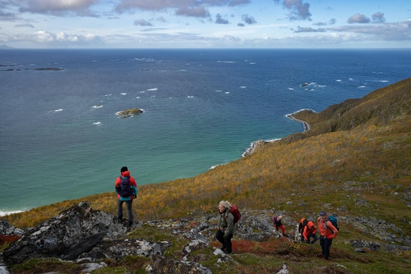 Mennesker på tur med utsikt mot havet.