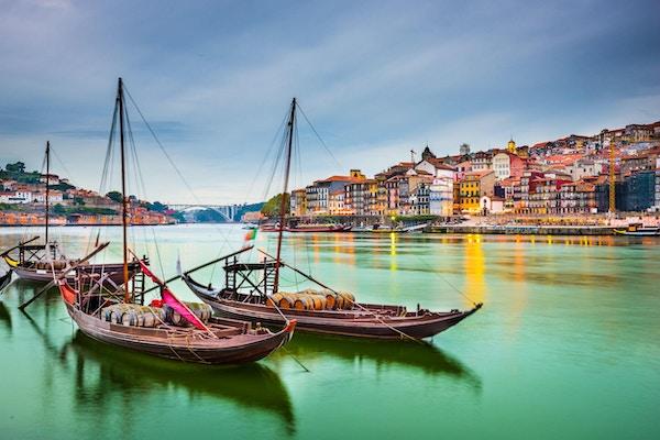 Porto, Portugal Gamlebyen bybildet på Douro-elven med tradisjonelle Rabelo-båter.