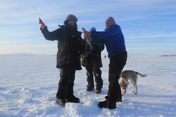 Tre mennesker driver isfiske