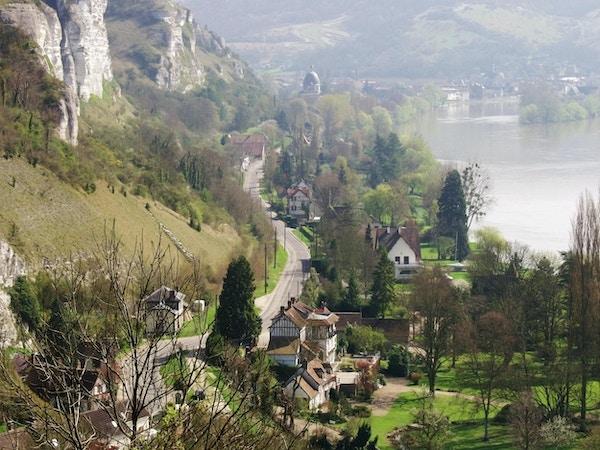 en landsby med gamle hus i Frankrike