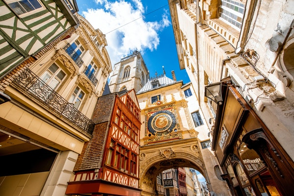 Gateutsikt med den berømte astronomiske uret Great Clock i Rouen, hovedstaden i Normandie-regionen i Frankrike