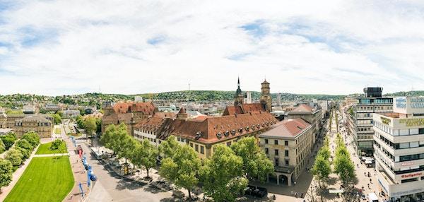 En panoramautsikt over Koenigstrasse og Schlossplatz i Stuttgarts sentrum, tatt fra en høyde på ca. 30 meter ved hjelp av en brannbilstige.
