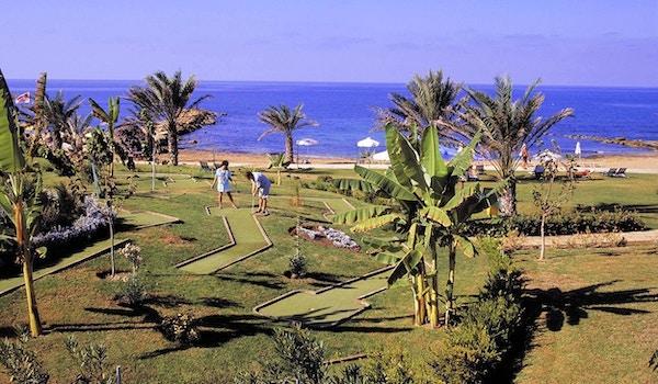 Minigolfen setter et hvert forhold på spill, Athena Royal Beach Hotel