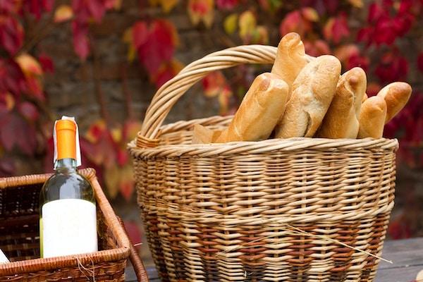 to kurver med vin og brød i høstbakgrunn.
