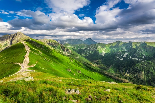Tatra-fjellene topper i en solrik dag