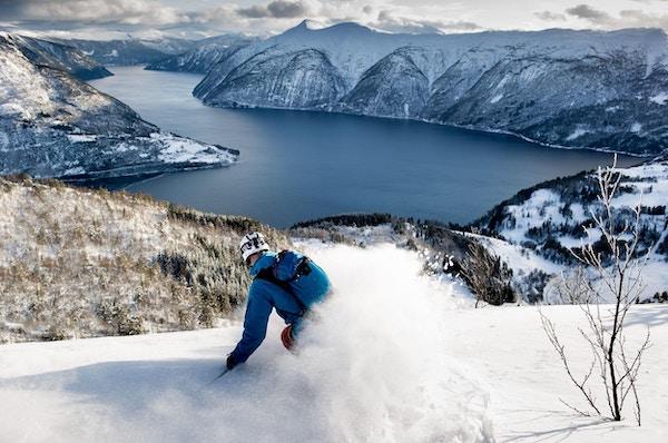 En skikjører på vei ned fjellene mot Lusterfjorden