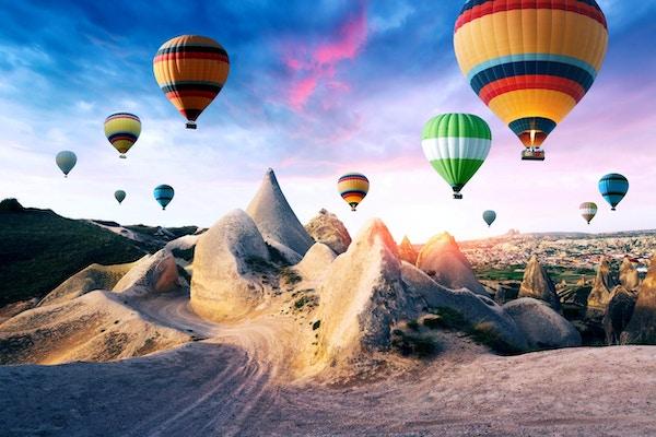 Farge ballonger i soloppgangshimmelen. Kappadokia, Tyrkia