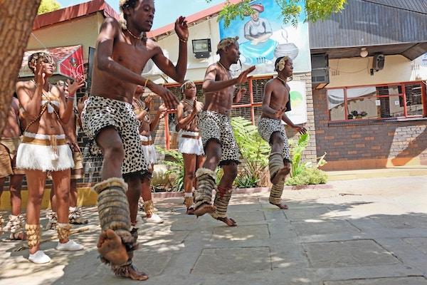 Zuludanserne i Soweto imponerer med sine godt innarbeidede dansetrinn.