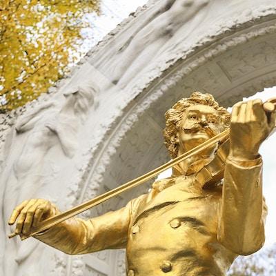 Berømt Johann Strauss-statue i Stadtpark i Wien, Østerrike, laget av Edmund Hellmer i 1921. Statuen er laget av bronse og gull.