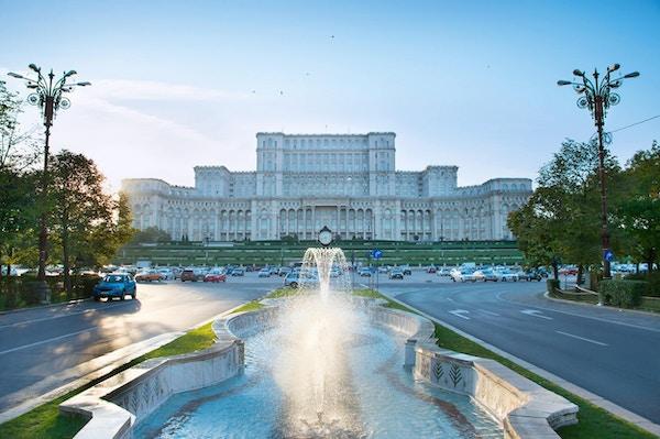 Bucuresti- parlamentet med fontene foran seg. Romania