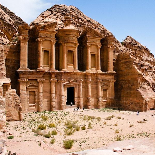 Rester av et gammelt tempel i Petra, Jordan