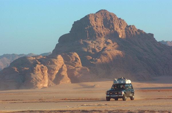 Jeepsafari i storslalgent ørkenlandskap.
