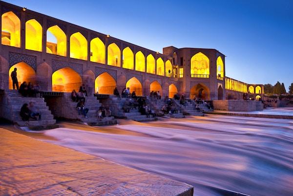Khajoo-broen over Zayandeh-elven i Isfahan