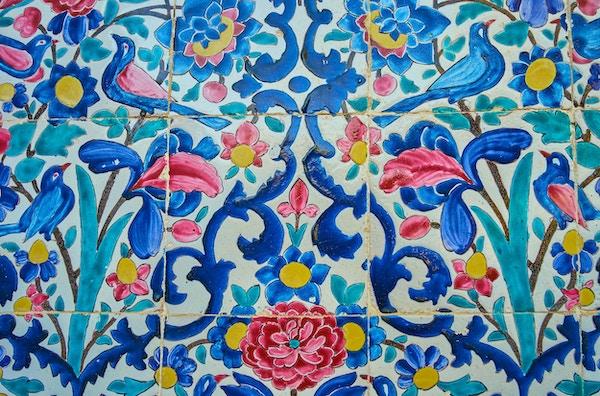 Fliser med blomstermønster på veggen til Madraseh-ye Khan, det middelalderske landemerket i Shiraz, Iran.