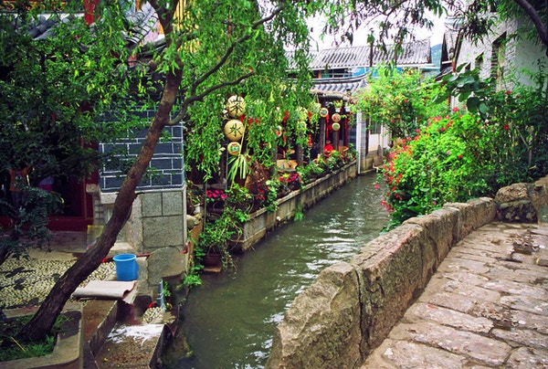 Vakker kanal i Lijiang, Kina.