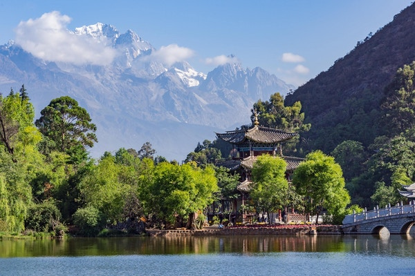 The Black Dragon Pool med Jade Dragon Snow Mountain i bakgrunn. Lijiang, Kina.