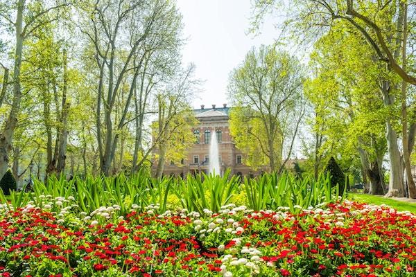 Zagreb, Kroatia, park Zrinjevac og akademi for vitenskap og kunst i bakgrunnen, vakker vårdag, populært turistmål