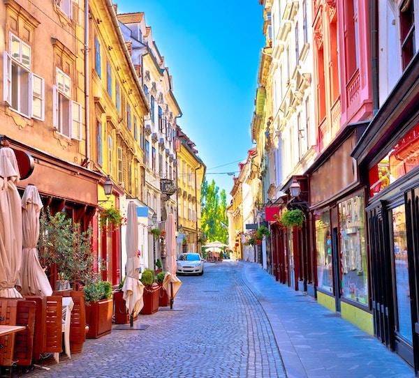 Fargerik gate i gamlebyen i Ljubljana, hovedstaden i Slovenia.