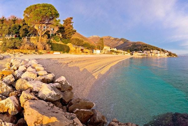 Moscenicka Draga turkis strand ved soloppgang panoramautsikt, Opatija riviera i Kroatia