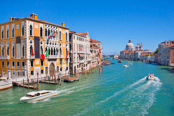 Grand Canal med basilikaen Santa Maria della i bakgrunnen sett fra Accademia Bridge, Venezia, Italia
