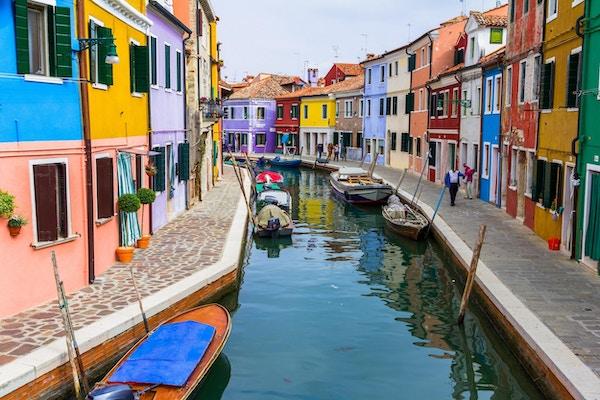 Burano-kanalen full av båter og fargerike hus
