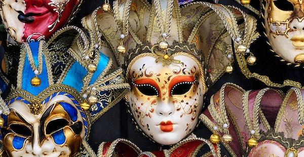 Klassiske og elegante venetianske masker på utstilling utenfor butikk.