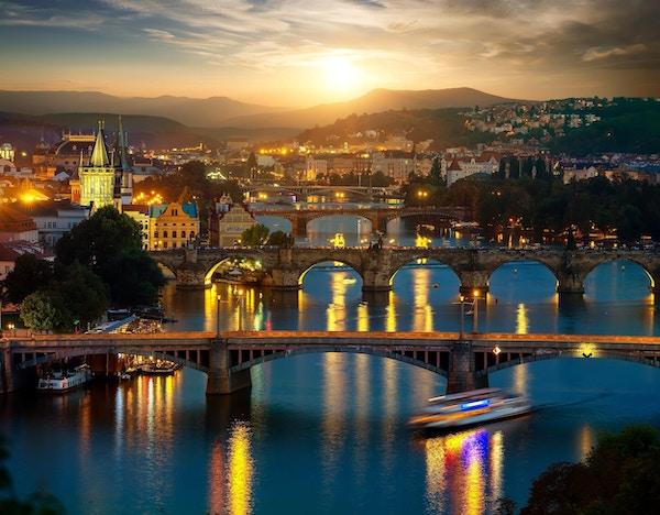 Utsikt over opplyste broer i Praha om kvelden