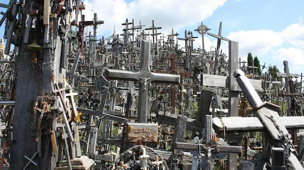 Korshøyden i Litauen med mange kors.