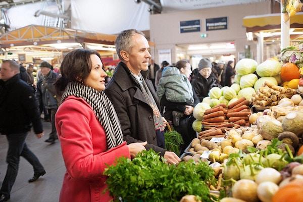 Riga Sentralmarked med mennesker som handler frukt og grønt.