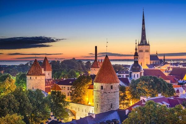 Tallinn, Estlands gamlebys skyline ved daggry.