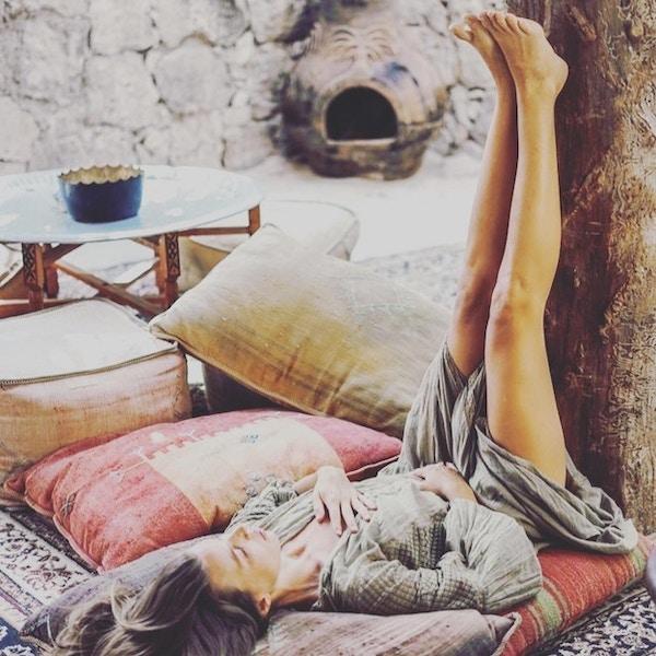 Kvinne gjør yoga på mykt underlag.