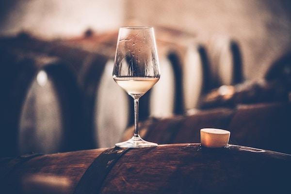Glass hvitvin på en tønne