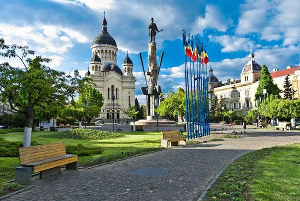 Avram Iancu-plassen, Cluj-Napoca, Romania med statuen av Avram Iancu (lederen av den rumenske revolusjonen fra Transylvania 1848-1849) og den ortodokse katedralen i Cluj, Alba, Crisana og Maramures.