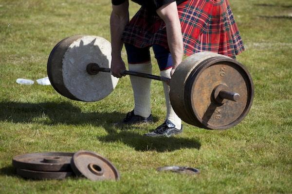 """En skotsk mann som løfter """"Stones of Density"""" - en utfordring for kraftkarene på et skotsk Highland Games-arrangement!"""