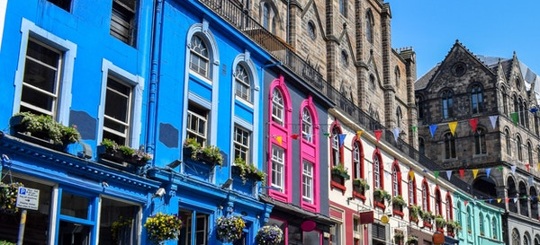 Nydelig bilde av Victoria Street i Edinburgh. Skottland.