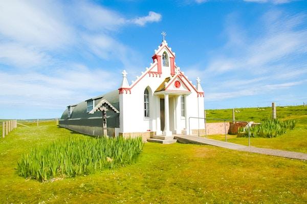 Liten bygdekirke på landsbygda - Det italienske kapellet, Orknøyene, Skottland, Storbritannia