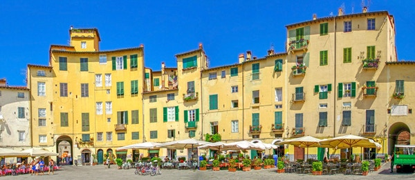 Piazza dell'Anfiteatro, det gamle bytorget i Lucca, Toscana, Italia