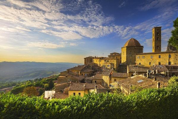 Toscana, Volterra byens skyline, kirke og panoramautsikt i solnedgang.