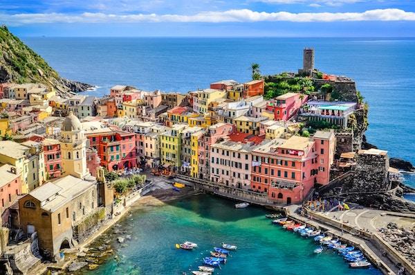 Vakker utsikt over havet og havnen i den fargerike landsbyen Vernazza, Cinque Terre, Italia