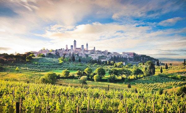 Vakkert landskap i forkant av middelalderbyen San Gimignano i solnedgang, Toscana, Sienaprovinsen, Italia