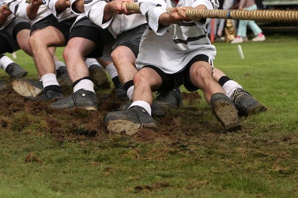 """""""Tug of war"""" er engammel, tradisjonell sport der to lag konkurrerer mot hverandre i tautrekking."""
