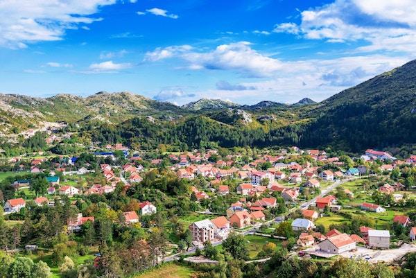 Cetinje i Montenegro med fjell i bakgrunnen.