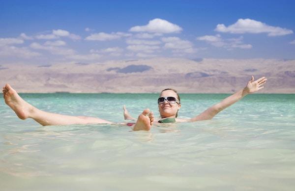 Bading i Dødehavet er populært.