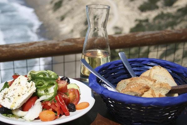 Gresk salat og brød på Kreta.