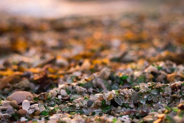 Strand med sand laget av krystaller i Spania.